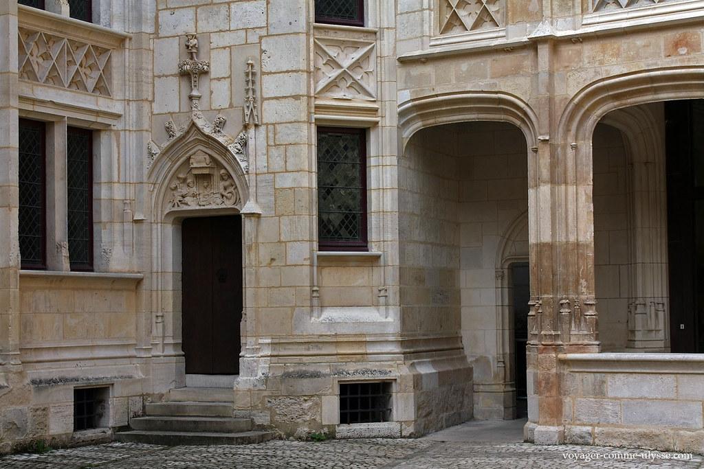 A gauche, la porte de l'escalier de service