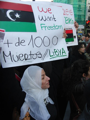"""Mujer con cartel: """"We want freedom, + de 1000 muertos"""""""