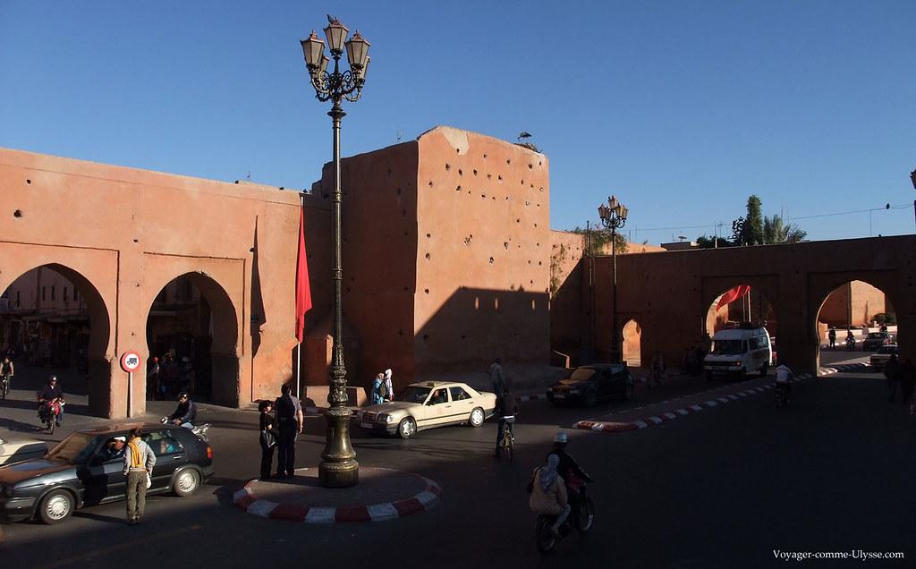 Les voitures passent sans cesse sur la route autour de la Medina