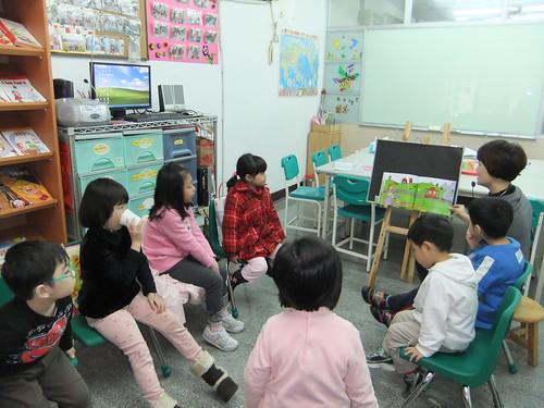 專心聽故事的一群寶貝們。
