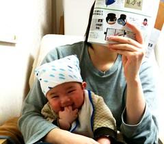 雑誌を読む妻の膝に座るとらちゃん (3/21)