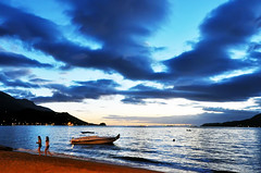(ChrisSchc) Tags: ocean sea summer people silhouette boats mar pessoas barcos vero ilhabela silhueta chrisschc christianschcolnik