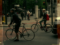 Bikes are very popular! (Olalla Esquimal) Tags: street uk boy people london girl couple chica pareja young bikes personas blond indie londres semaforo rubia chico thin bicicletas easton jovenes flaco reino delgado unico alternativo agostoesquiimal