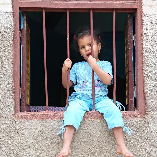 エジプト旅行 アスワン ヌビア村 窓に腰掛けた少女