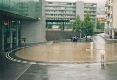 Oma mit Schirm (Rolf F.) Tags: street urban film rain station analog train 35mm photography schweiz switzerland kodak c zug bahnhof sbb 400 automatic konica 400uc mm analogue af 135 uc 35 portra regen compact kodakportra400uc autofocus c35 konicac35af