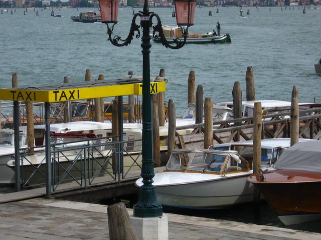 水上タクシーと街灯のフリー写真素材