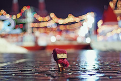 (0905ru) Tags: red man night canon square 50mm lights russia bokeh box walk moscow circles 14 0905 danbo 50d bokehlicious danboard danboru 0905ru id549388 agorshkov wcbshop