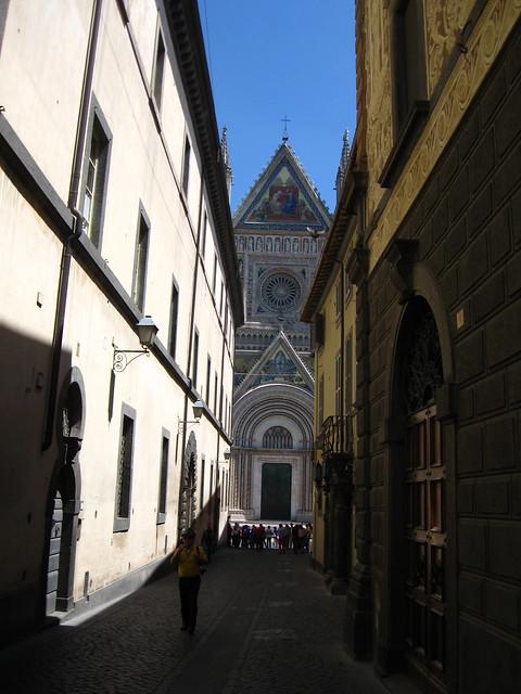 路地裏から見る大聖堂のフリー写真素材