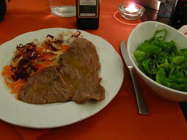 肉料理とサラダのフリー写真素材