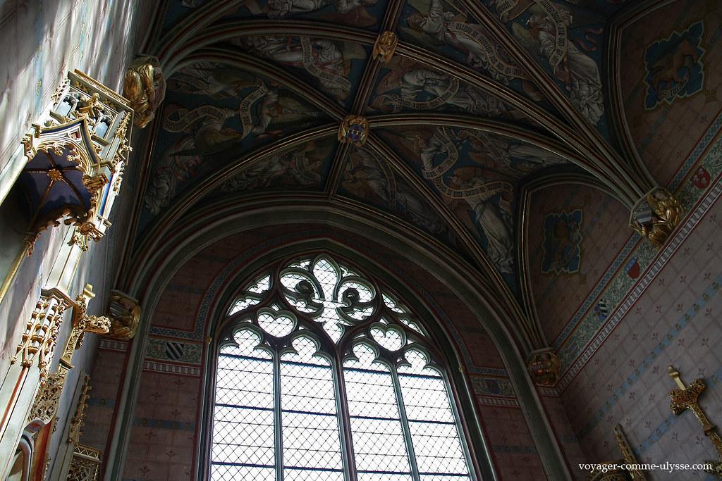 La chapelle est richement décorée