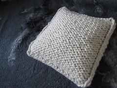 Handmade knitted 0ff-white pillow of 100% wool (Kado van wol enzo!) Tags: handmade pillow knitted offwhite 100wool