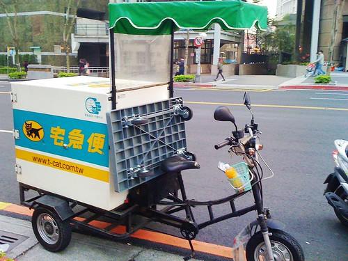 腳踏機車的黑貓宅急便