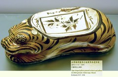 8002 (H Sinica) Tags: china museum hongkong museumofart ceramics antique tiger pillow pot pottery  archeology  porcelain tsimshatsui  earthenware    whiteglaze   jindynasty cizhou  cizhouware  blackglaze  animaldesign yellowglaze