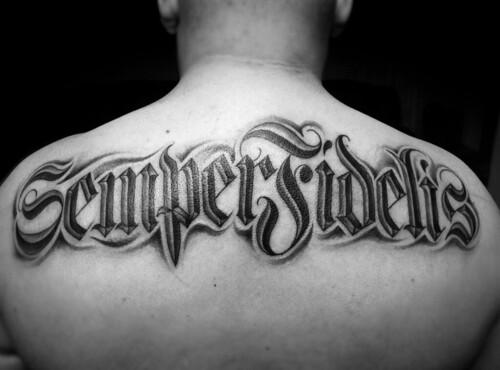 Тату на спине надпись на латыни с