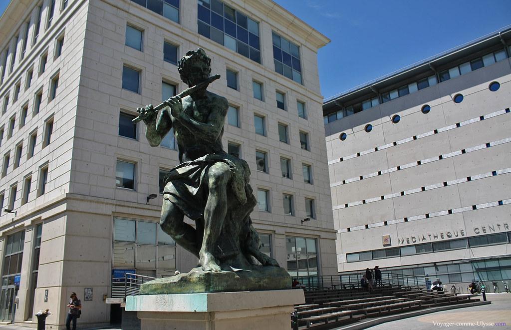 Une des nombreuses statues présentes dans le quartier Antigone. Au fond, la Médiatheque