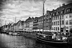 Nyhavn (Benjamins Lichtwerk) Tags: city trip travel vacation sky urban blackandwhite bw white holiday black architecture clouds canon vintage copenhagen denmark photography eos nyhavn photo high europa europe foto dynamic alt ships urlaub himmel wolken stadt architektur schwarzweiss mapping range dnemark weiss kopenhagen ferien tone dri increase hdr schiffe reise weis scharz schwarzweis tonemapping 400d