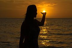Anhelos y vivencias... (JOMAGACOL) Tags: mar caribe atardecer sol playa brisa libertad calor silueta contraluz sunset silhoute sun shadow natural life women girl play