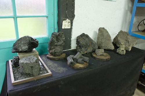 最左面閃閃發光的礦石是不值錢的, 但當年很多笨蛋礦工以為是金來的, 還偷偷地運出來