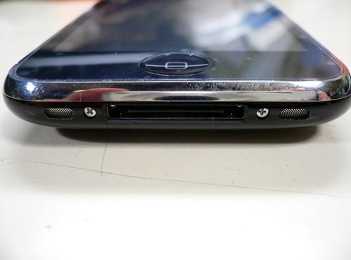 iPhone3GSの底部にあるネジ