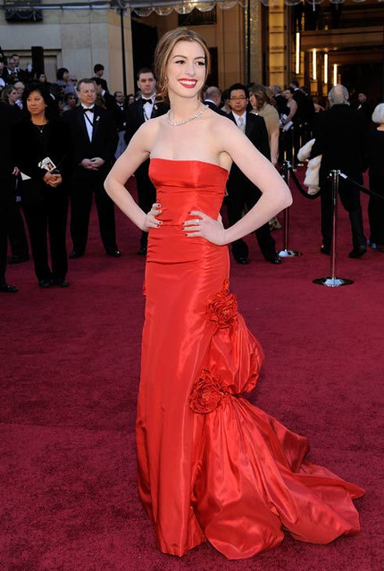 110227_otrc_ap_oscars_arrivals_anne_hathaway