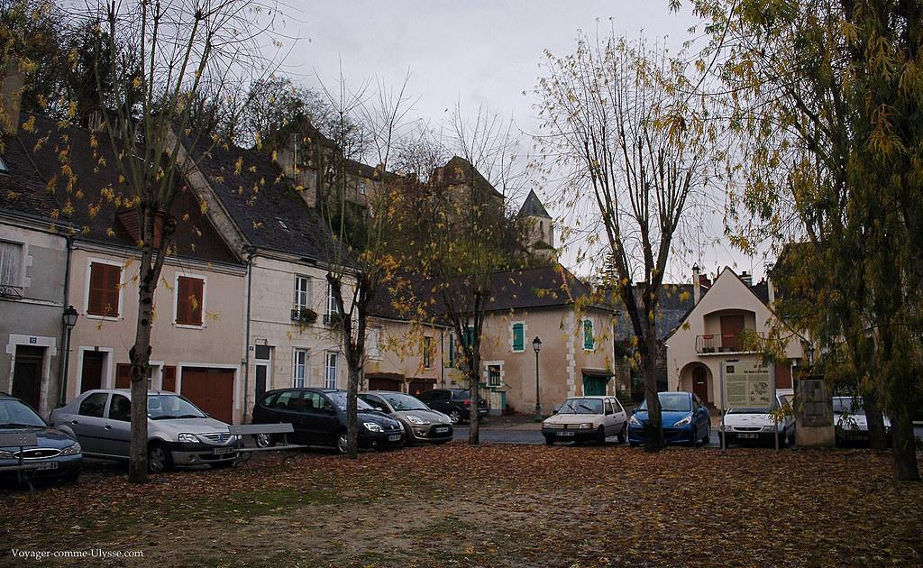 Petite place, et ses feuilles mortes tombées des arbres