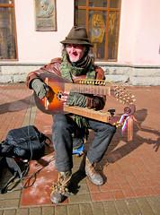 Играет на самодельном инструменте