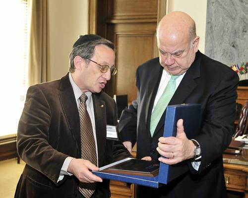 OAS Secretary General Receives Commemorative Plaque from AMIA