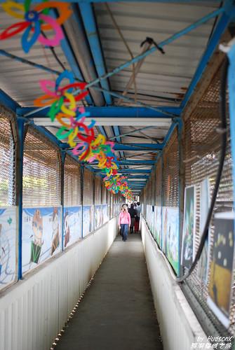 猴洞摸乳巷 - 很狹小的車站通道