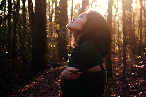 [フリー画像] 人物, 女性, 森林, 見上げる, アメリカ人, 201102011500