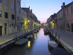 Venezia al tramonto (Emanuele Usicco - www.emanueleusicco.it) Tags: venice urban color canon tramonto barche ponte cielo poesia acqua venezia colori nero notte sogno etereo canong11