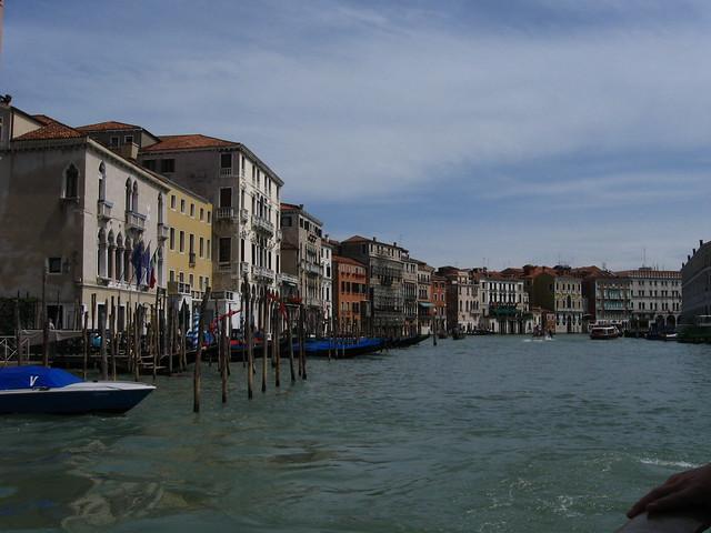 ヴェネツィアの水路と船着き場のフリー写真素材