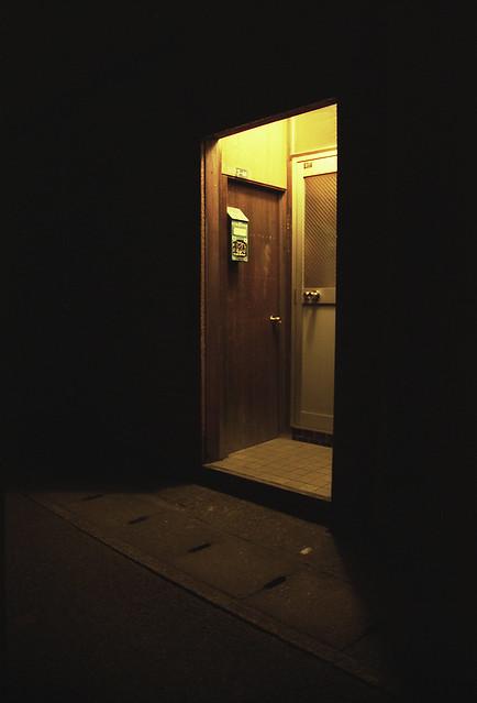 暗がりのドアのフリー写真素材
