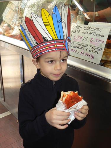 le petit indien mange