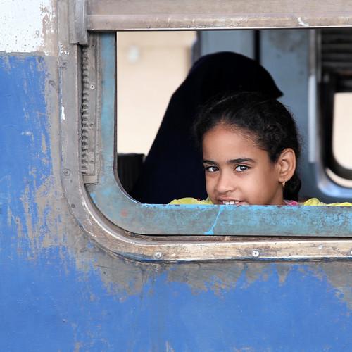 エジプト 列車でルクソールからアスワンへ 列車の窓と少女