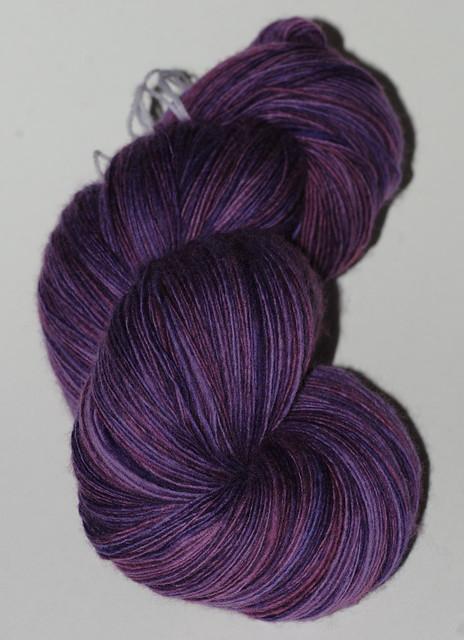 Håndspunnet merino - Bruised Grape, 650 m en-trådet og 105 gr - fra Rhonna IMG_4715
