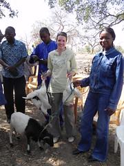 Zwei Hühner und eine Ziege als Geschenk für die Besucherin aus Deutschland