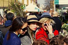 uk color london sunglasses photo candid feathers strangers hats streetphotography talk lips dont shoreditch choral columbiaroad e2c photoderue spnp photographiederue fotografíadecalle fotografiadistrada nikkor2470mmf28g nikond3s chrisjl