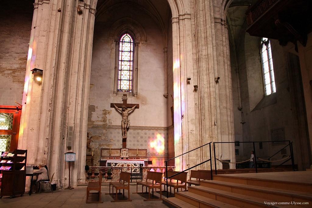 Crucifix, et les lumières colorées des vitraux