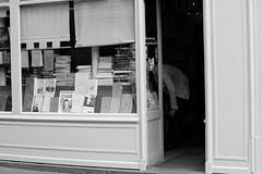 Un livre particulier (Bluefab) Tags: livres librairie vitrine homme inspiration littrature boutique
