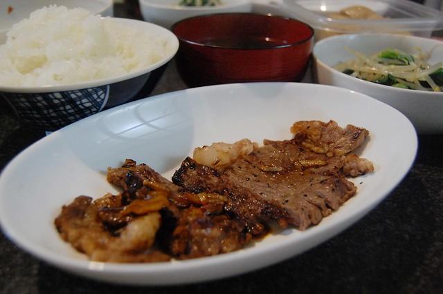 同居人がステーキを半分塩味、半分ニンニクバター醤油味で焼いてくれましたー。