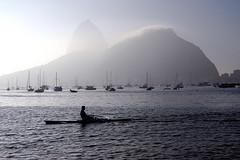 Praia de Botafogo (Portiflio Ely) Tags: sea praia beach riodejaneiro mar barcos playa sugarloaf podeacar botafogo esporte amanhecer remo praiadebotafogo
