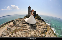 Seuls au monde (kimcass) Tags: wedding mer couple fisheye mariage phare baiser maris kimcass