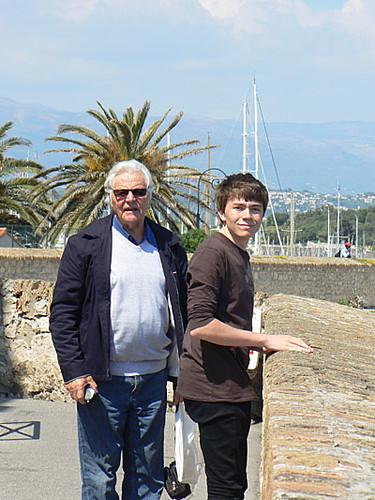 Clem et son grand père sur les ramparts.jpg