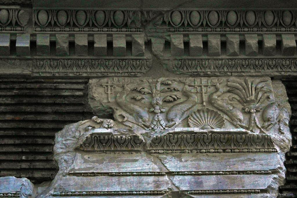 Marbre antique extérieur, finement sculpté, avec des représentations d'animaux marins