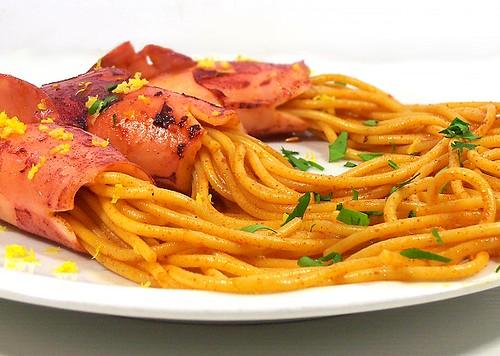 calamari al vino e spaghetti piccanti alla paprica