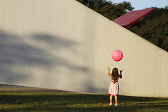 La vie en rose (Lucille Kanzawa) Tags: park parque brazil girl childhood rose brasil ball sãopaulo rosa bola menina infância parquedoibirapuera lavieenrose auditórioibirapuera cursoemídioluisi