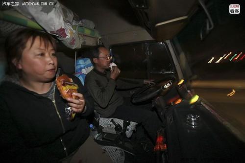 3月28日晚,因为和货主约好第二天天亮到吉林四平卸货,两人为了赶时间边走边解决了晚饭。