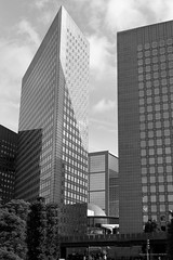 Paris, La Defense Grande arche 02 B&W (christian_jacquet) Tags: city building monument corner work town office angle bureau perspective ladefense business travail ville batiment grandearche puteaux cite affaire