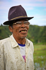 Always a Gentleman (mikel.hendriks) Tags: portrait field sumatra indonesia photo foto village rice fields kampung portret kampong indonesian indonesi paddyfields dessa paddyfield sawah batak sawa desa sawas rijstvelden indonesisch canoneos50d tobabatak indonesianvillage alwaysagentleman sigma1770mmf284dcmacrooshsm