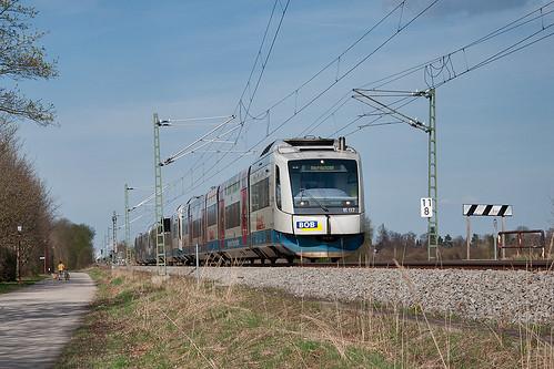 Gleich hat VT117 Deisenhofen erreicht. Hier passiert er gerade die Haltepunkttafel von Furth.